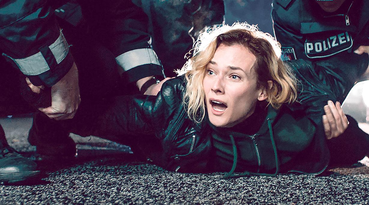 Katja (Diane Kruger), Njemica s pustopašnom prošlošću, koja je udata za Nurija, Turčina koji je i sam imao problema sa zakonom, ali se rehabilitirao i vodi turističku agenciju