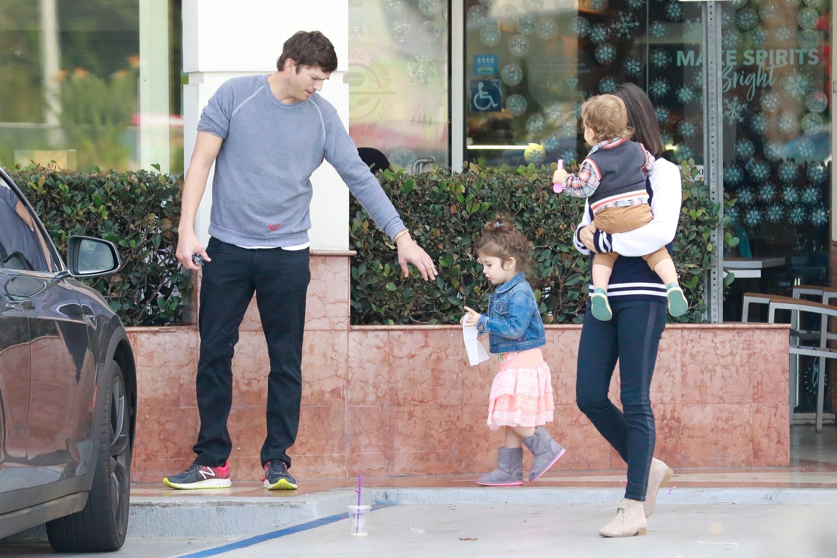 Ashton Kutcher i Mila Kunis s djecom