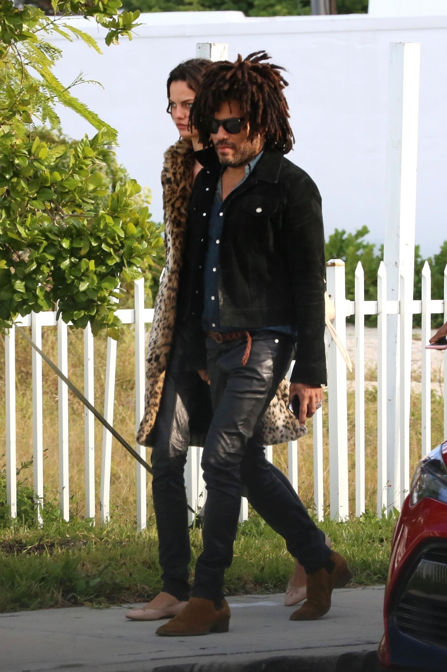 Miami Beach, FL  - *EXCLUSIVE*  - Lenny Kravitz enjoys a day out with his new girlfriend. The new couple lunch with Barbara Becker (Boris Becker's ex wife). The new couple look happy as they kiss and hug while out for a stroll.  Pictured: Lenny Kravitz  BACKGRID USA 7 JANUARY 2018, Image: 359503016, License: Rights-managed, Restrictions: , Model Release: no, Credit line: Profimedia, AKM-GSI