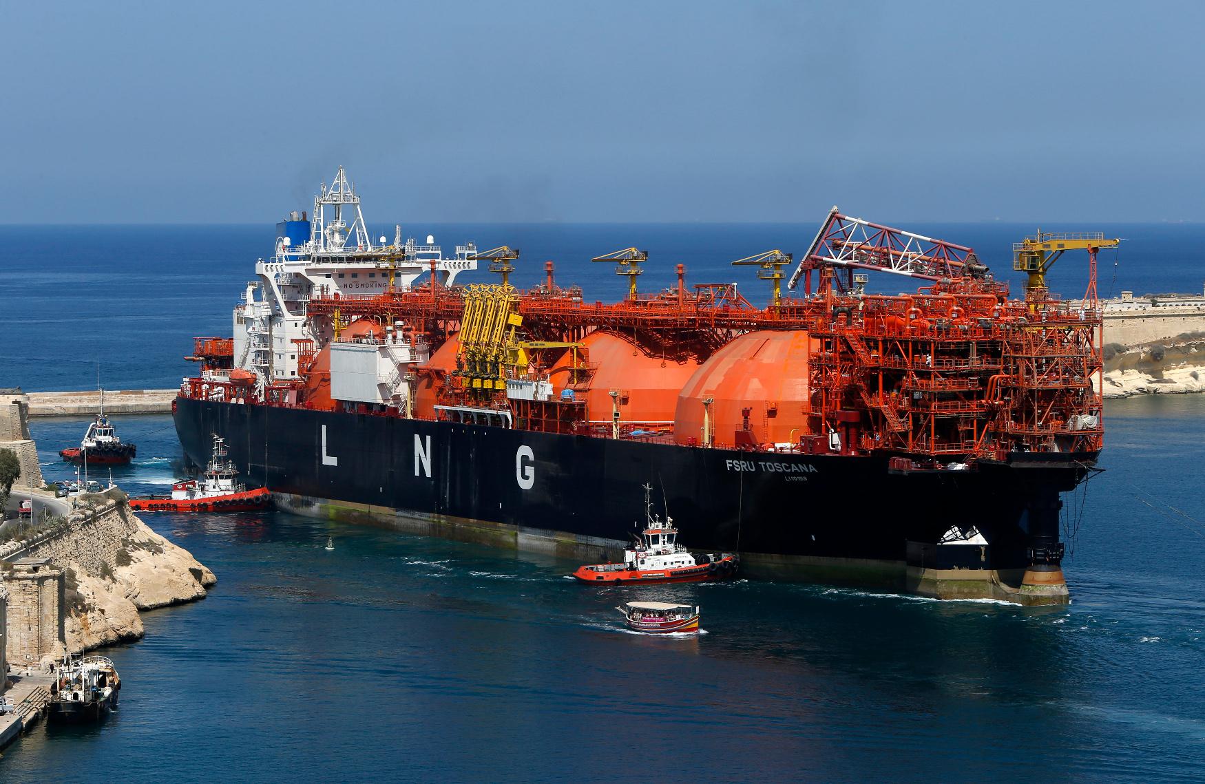 Ilustracija - plutajući terminal za LNG replinifikaciju FSRU Toscana pored obale Malte