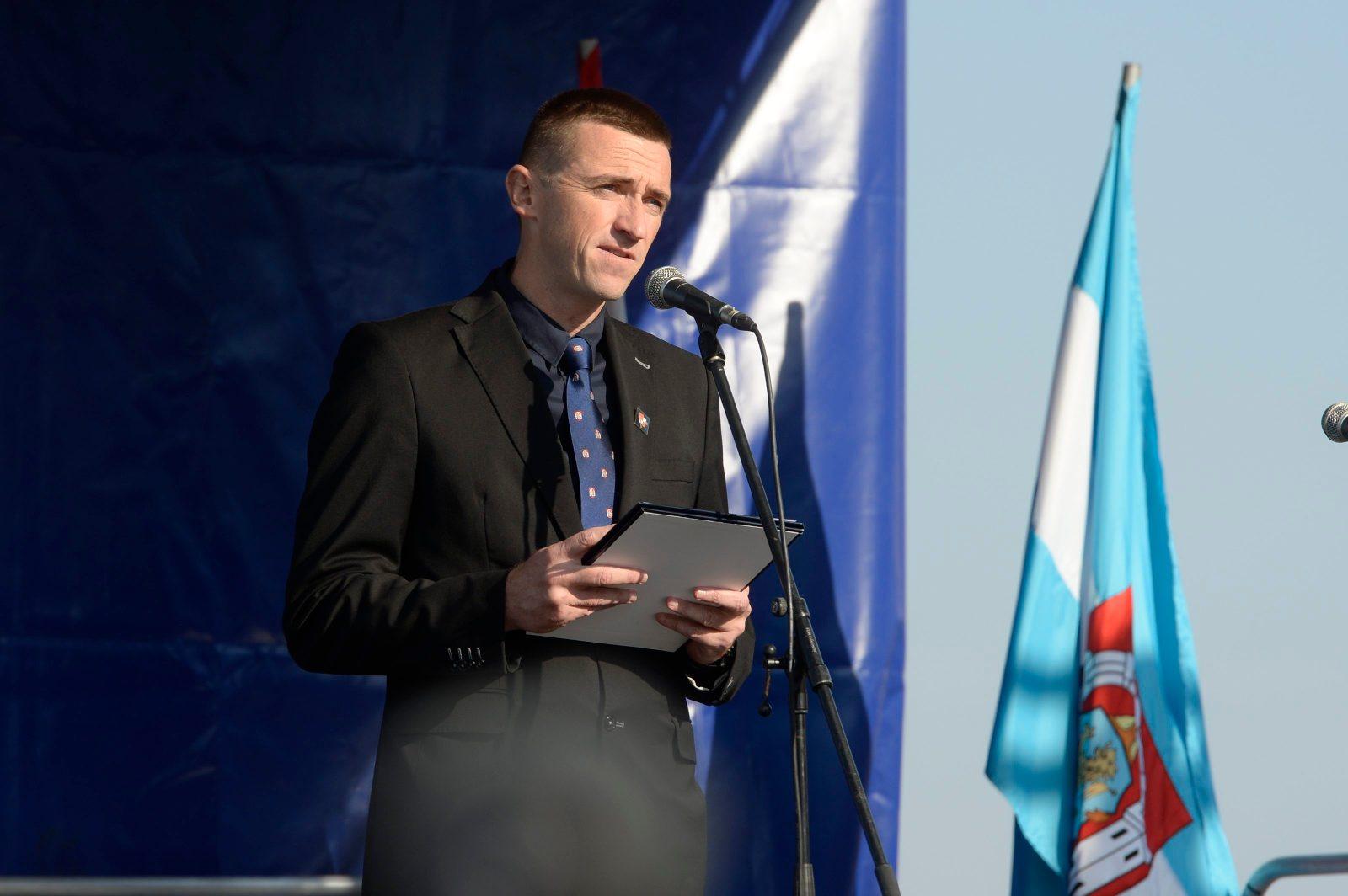 Vukovar, 131018. Atmosfera u Vukovaru za vrijeme prosvjeda zbog neprocesuiranja ratnih zlocina u Domovinskom ratu. Na fotografiji: gradonacelnik Vukovara Ivan Penava. Foto: Goran Mehkek / CROPIX