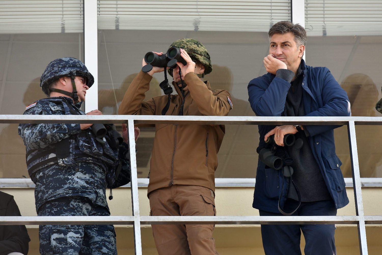 Ministar Krstičević i premijer Plenković prate vojnu vježbu