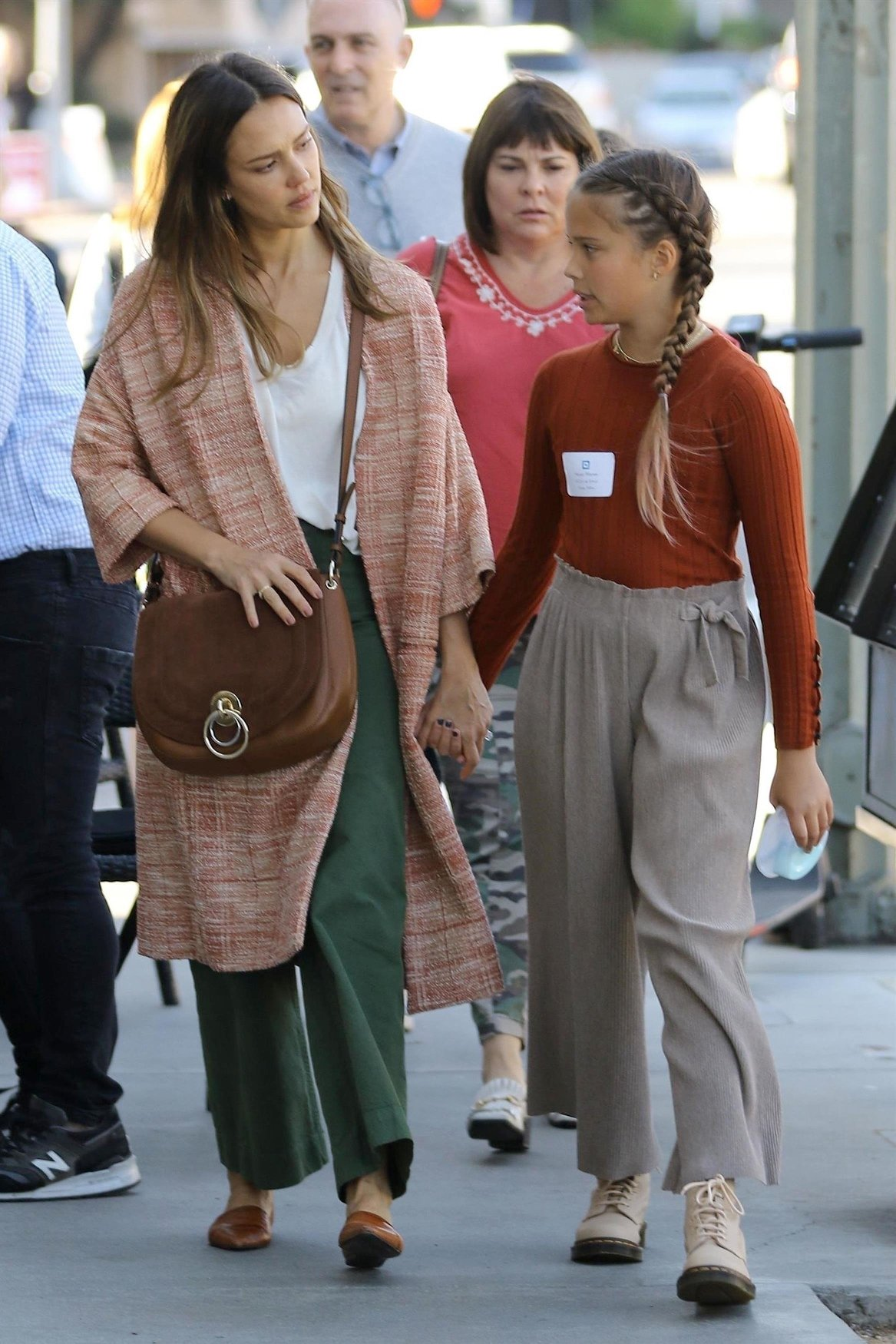 Brentwood, CA  - *EXCLUSIVE*  - Actress Jessica Alba and her daughter Honor Warren were seen enjoying a stroll and a cool drink from Starbucks while out in Brentwood.  Pictured: Jessica Alba, Honor Warren  BACKGRID USA 15 OCTOBER 2018, Image: 391152183, License: Rights-managed, Restrictions: , Model Release: no, Credit line: Profimedia, AKM-GSI