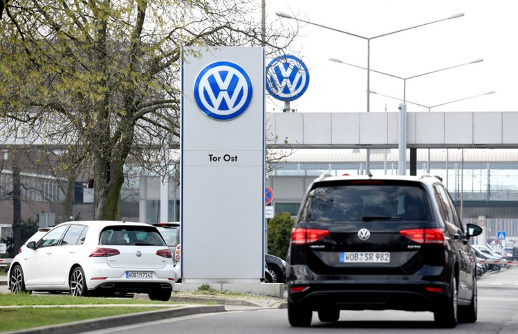 2018-10-16T130919Z_1_LYNXNPEE9F15V-OUSTC_RTROPTP_3_TECH-US-VOLKSWAGEN-SALES-CONTRACTS