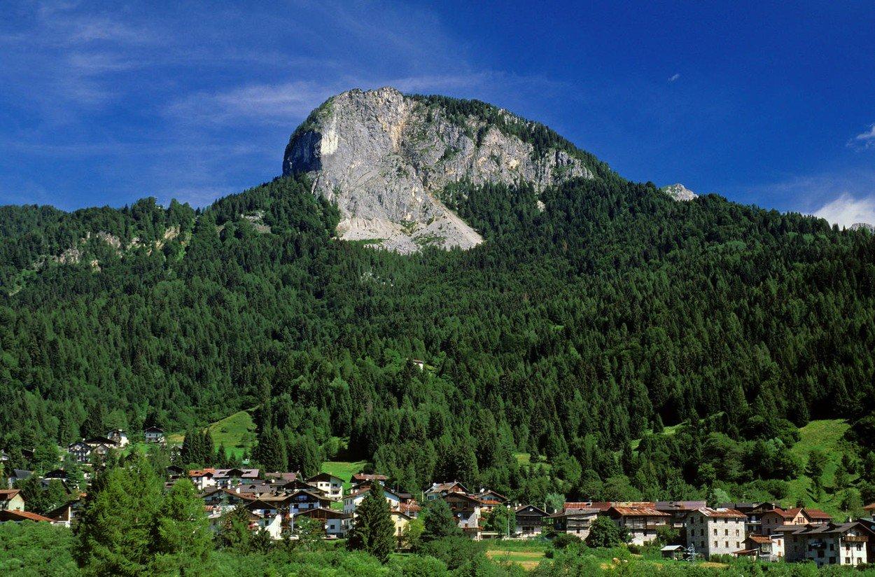 Forni di Sopra village and mountains, Carnia, Dolomiti Friulane Nature Park, Friuli-Venezia Giulia, Italy, Image: 312421211, License: Rights-managed, Restrictions: , Model Release: no, Credit line: Profimedia, Alamy
