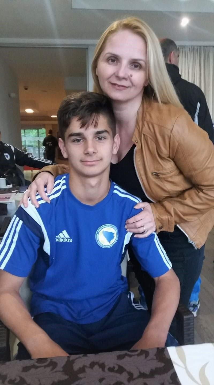 Veliki nogometni talent Ajdin Hasić (na fotogradiji s majkom) naprasno je napustio Dinamo
