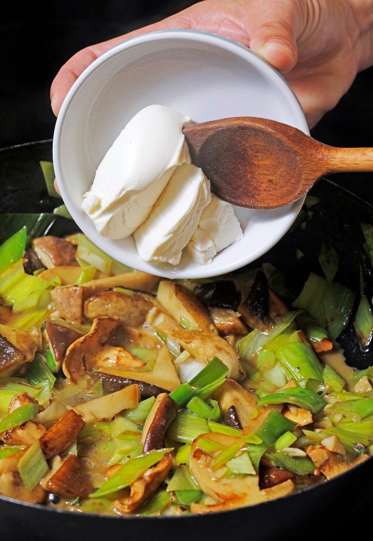 Zagreb, 181018. Jurisiceva. Klum Gastronomadi. Recepti od krumpirovog tijesta. Gljive sa suf nudlama, mascarponeom, porilukom i gljivama. Foto: Biljana Blivajs / CROPIX