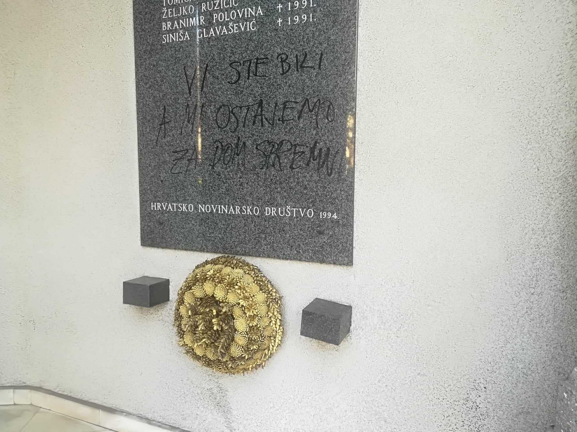 Na zgradi novinarskog doma netko je crnim markerom napisao poruku s ustaškim pozdravom.