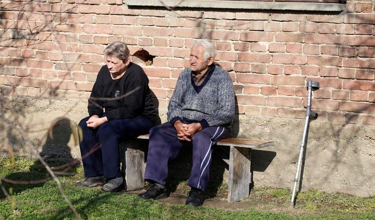 Josip Horvat i susjeda Božica Petrović iz Gotalova, mjesta u općini Gola, svoje umirovljeničke dane krate druženjem na klupi ispred Josipove kuće