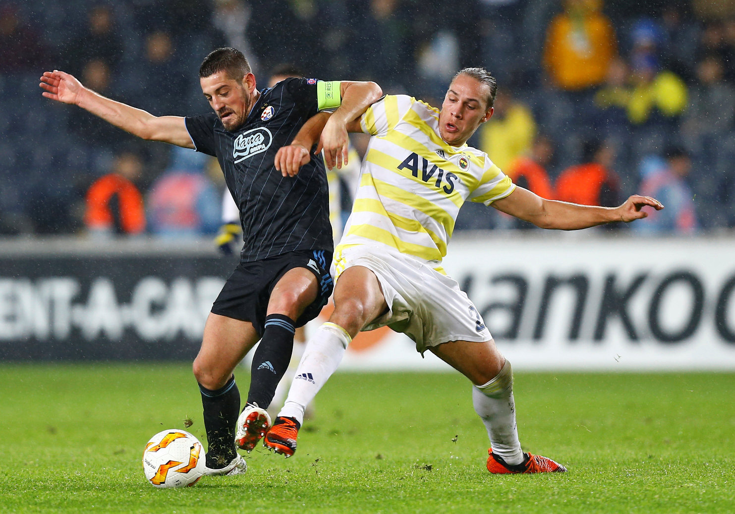 Soccer Football - Europa League - Group Stage - Group D - Fenerbahce v GNK Dinamo Zagreb - Sukru Saracoglu Stadium, Istanbul, Turkey - November 29, 2018  Dinamo Zagreb's Arijan Ademi in action with Fenerbahce's Michael Frey   REUTERS/Osman Orsal