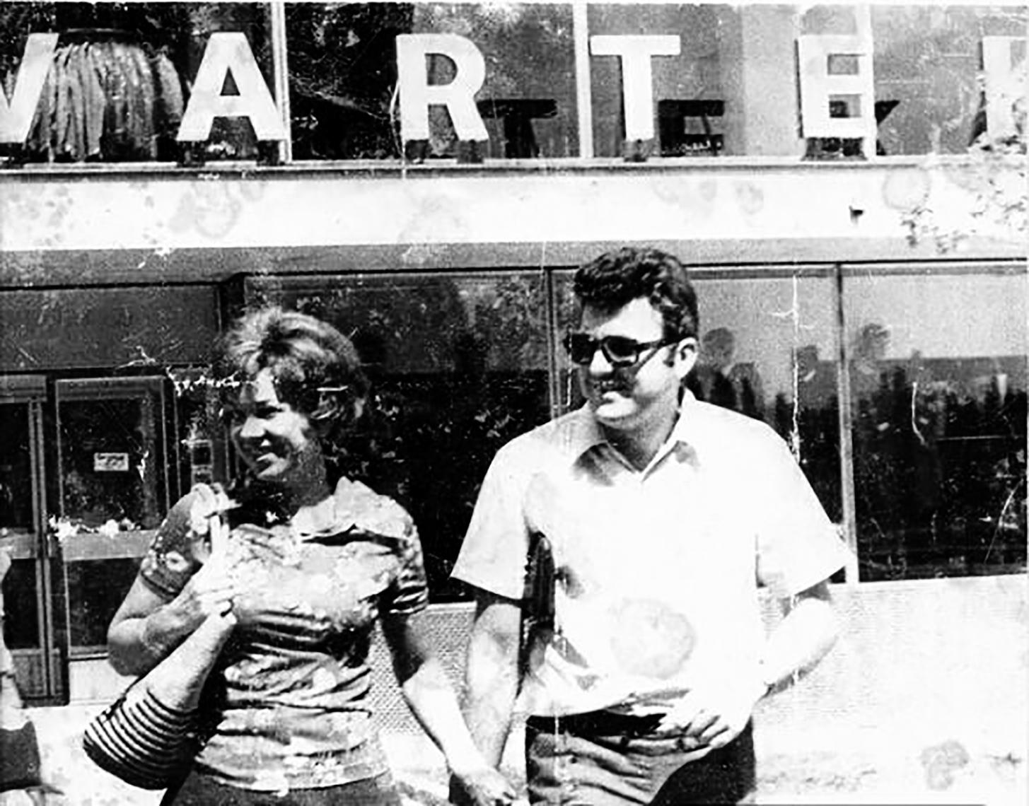 Duki i Damir Ikica ispred Varteksovog dućana u Boru 1978.