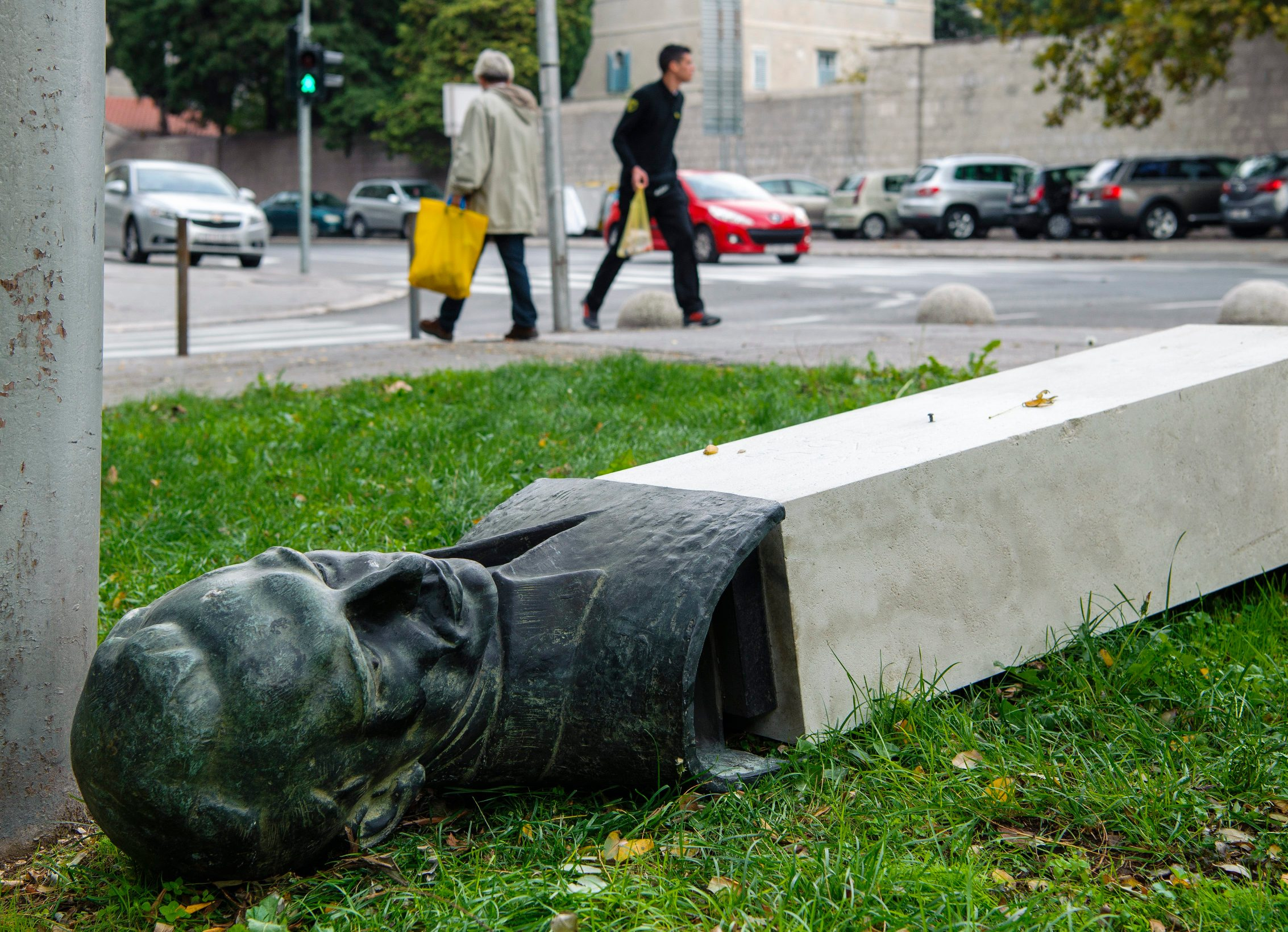 Srušena bista Rade Končara u Splitu