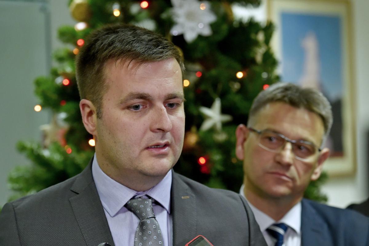 U Gradskoj vijecnici ministar zastite okolisa i energetije Tomislav Coric, gradonacelnik Dalibor Nincevic i zupan Blazenko Boban dali su izjave za medije nakon razgovora o sanaciji Kosice.