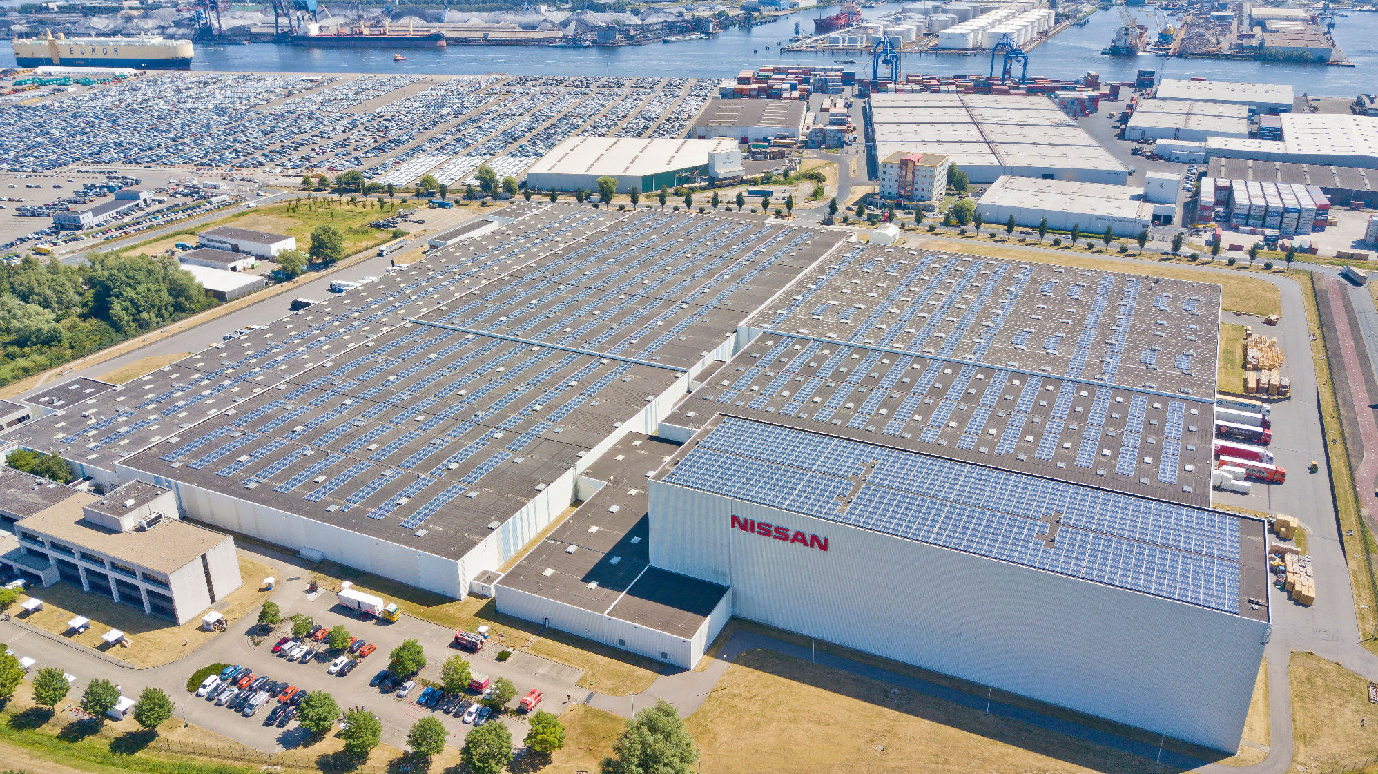 EMBARGO Dec 18th 10 am CET Solar roof installed at Nissan Motor Parts Center5-source