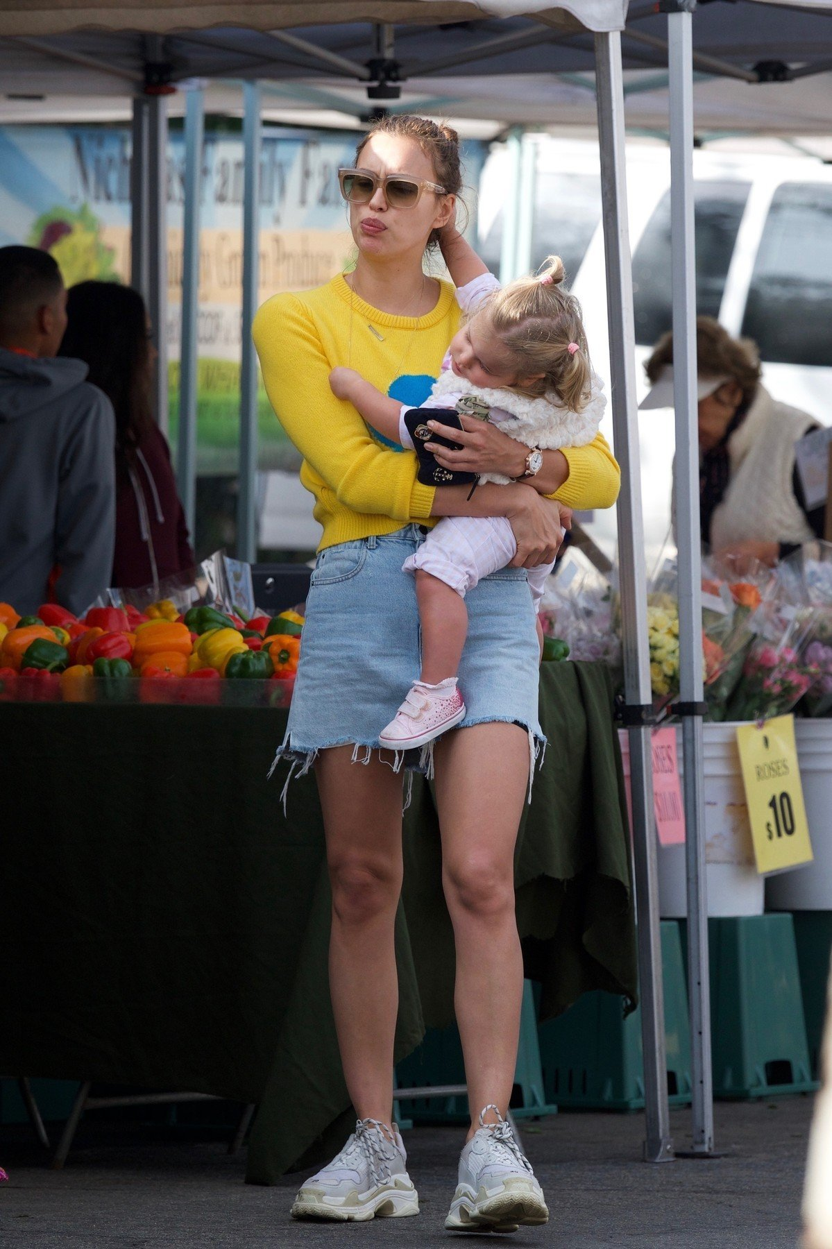Brentwood, CA  - *EXCLUSIVE*  - Irina Shayk goes shopping at the farmers market with her daughter Lea and other family in Brentwood, CA.  Pictured: Irina Shayk    *UK Clients - Pictures Containing Children Please Pixelate Face Prior To Publication*, Image: 404062022, License: Rights-managed, Restrictions: , Model Release: no, Credit line: Profimedia, AKM-GSI