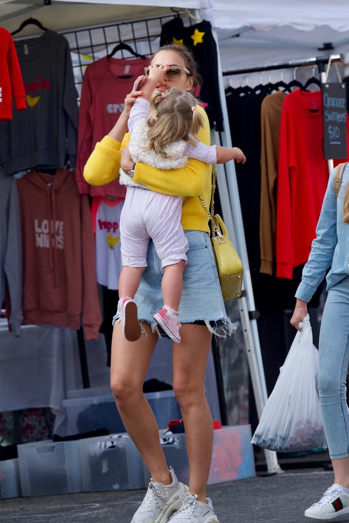 Brentwood, CA  - *EXCLUSIVE*  - Irina Shayk goes shopping at the farmers market with her daughter Lea and other family in Brentwood, CA.  Pictured: Irina Shayk    *UK Clients - Pictures Containing Children Please Pixelate Face Prior To Publication*, Image: 404062873, License: Rights-managed, Restrictions: , Model Release: no, Credit line: Profimedia, AKM-GSI