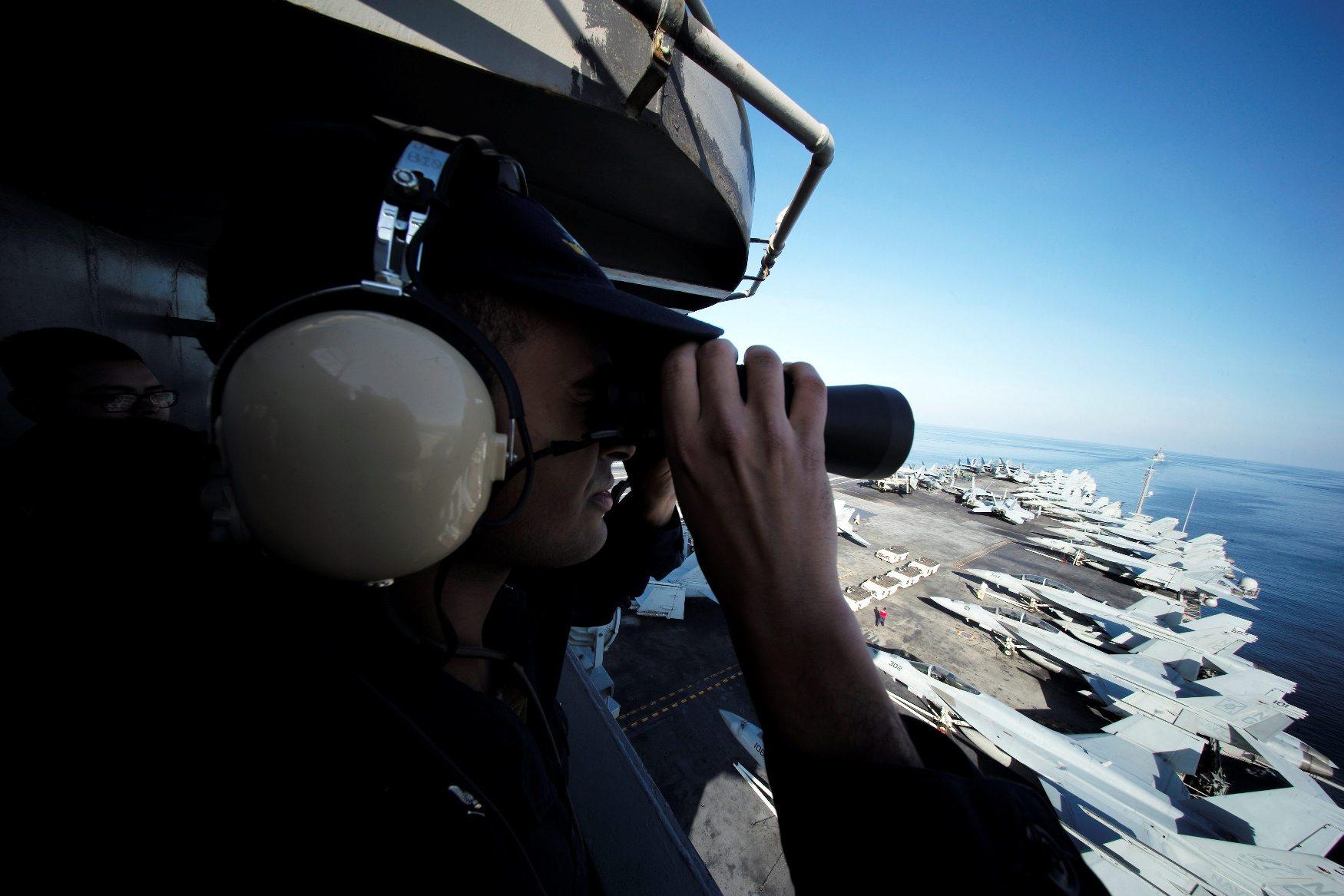 Nosač zrakoplova USS John C. Stennis snimljen na putu u Perzijski zaljev
