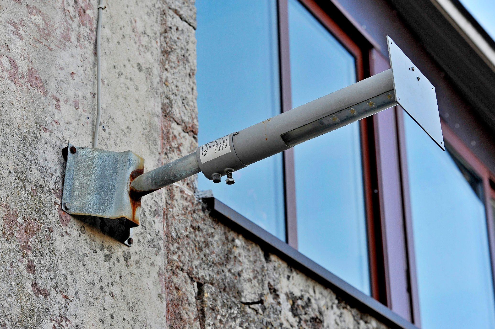 Nerezisca, 281218. Opcina Nerezisca je prije nekoliko godina uvela javnu LED rasvjetu. Rasvjeta se financirala sredstvima Fonda za zastitu okolisa i energetsku ucinkovitost.Umirovljena doktorica Smiljanka Boban koja ima staru kucu se bori protiv rasvjete jer tvrdi da je prejaka i da skodi zdravlju ljudi. Na fotografiji: ulicna led lampa sa dodanim sjenilom Foto: Nikola Vilic / CROPIX