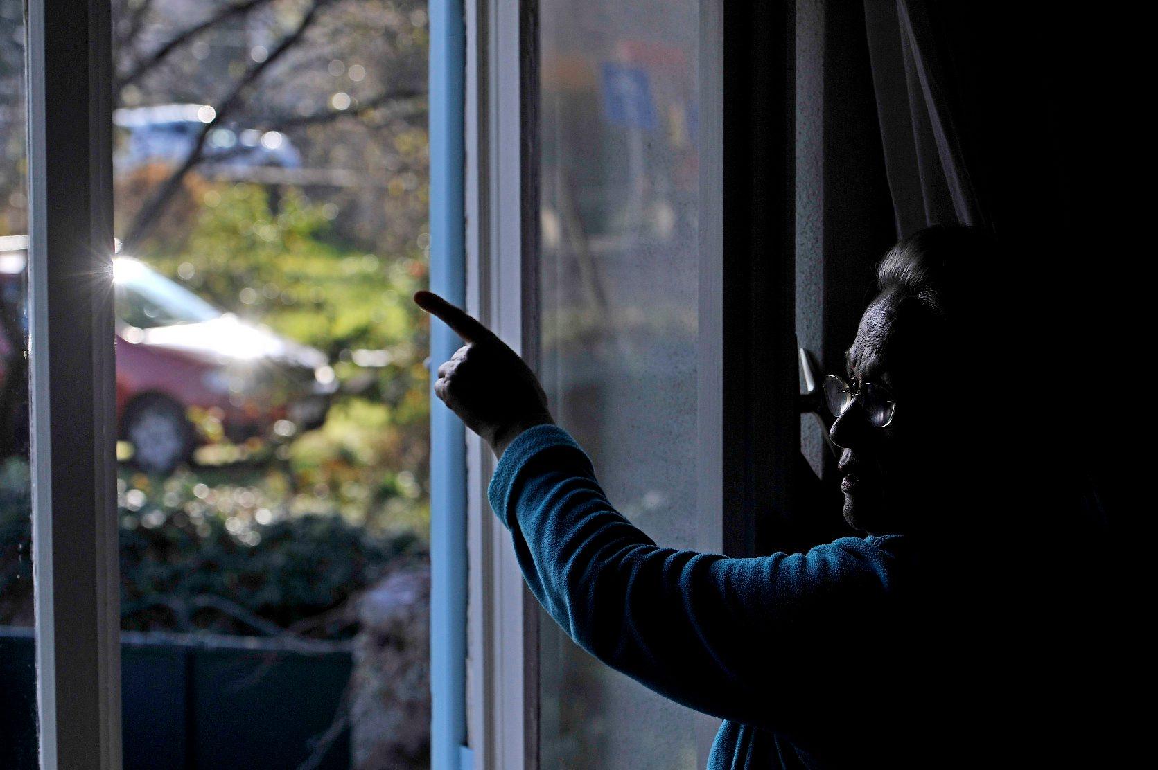 Nerezisca, 281218. Opcina Nerezisca je prije nekoliko godina uvela javnu LED rasvjetu. Rasvjeta se financirala sredstvima Fonda za zastitu okolisa i energetsku ucinkovitost.Umirovljena doktorica Smiljanka Boban koja ima staru kucu se bori protiv rasvjete jer tvrdi da je prejaka i da skodi zdravlju ljudi. Na fotografiji: Smiljanka Boban u svojoj kuci  Foto: Nikola Vilic / CROPIX