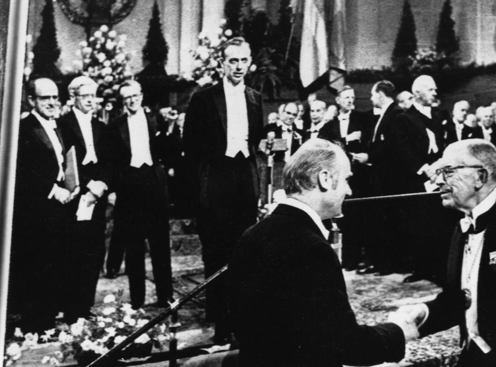 James Watson i Francis Crick primaju Nobelovu nagradu