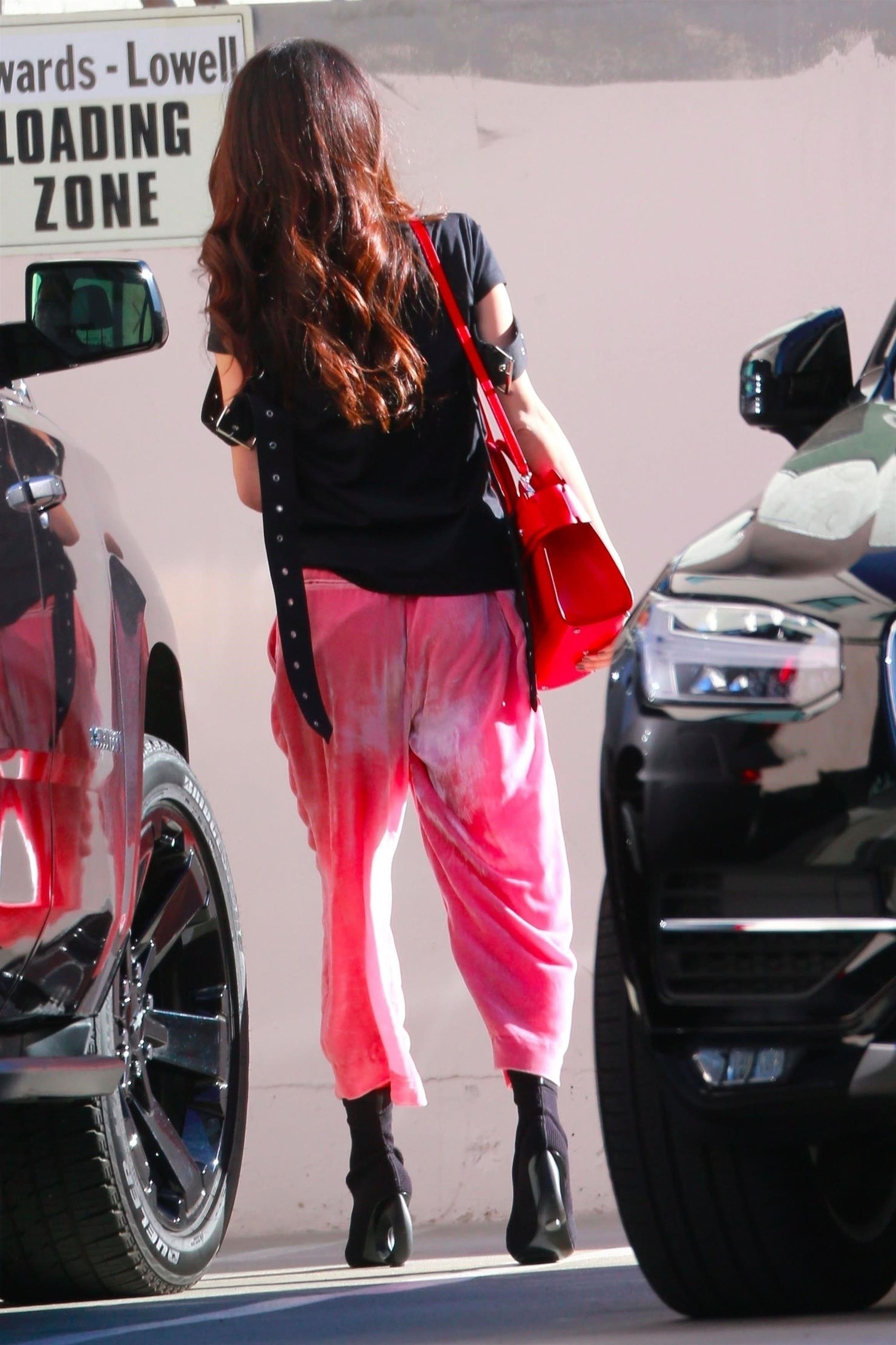 Beverly Hills, CA  - *EXCLUSIVE*  - Amal Clooney is seen stopping by the Cristina Radu European Skin salon in Beverly Hills. Amal looked stylish in a pair of baggy pink pants, black shirt and black heels.  Pictured: Amal Clooney  BACKGRID USA 26 FEBRUARY 2018, Image: 364414569, License: Rights-managed, Restrictions: , Model Release: no, Credit line: Profimedia, AKM-GSI