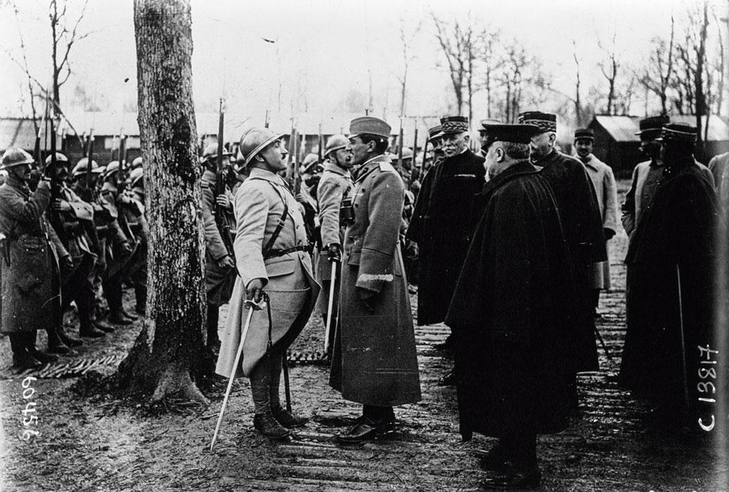 Tadašnji srpski princ Aleksandar Karađorđević, kasniji kralj Jugoslavije, 1916. na frontu u razgovoru s časnikom francuske vojne delegacije