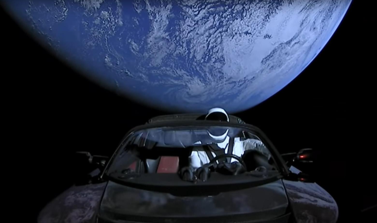 Pogled iz Tesle roadstera na Zemlju
