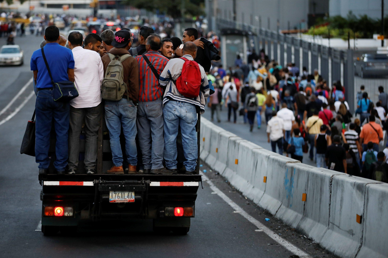 Ljudi se voze na kamionu u Caracasu tijekom nestanka struje