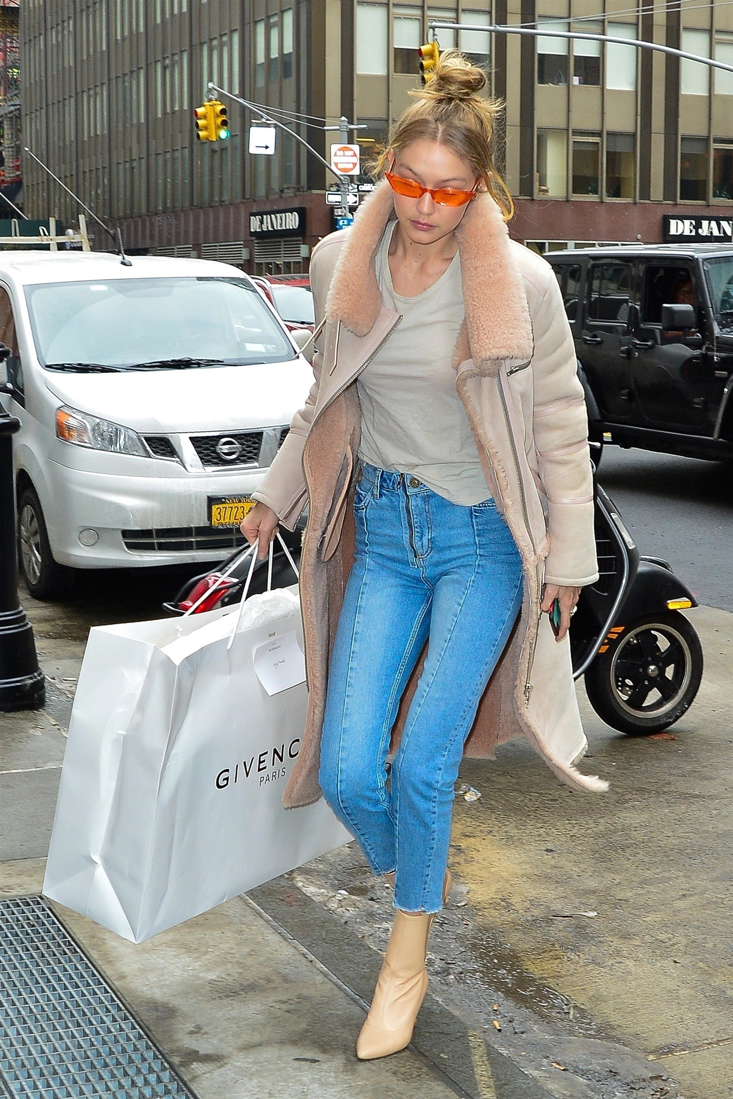 New York, NY  - Gigi Hadid is looking cool, in her pink retro style glasses, arriving at her mother, Yolanda's apartment with a gift in celebration of her 54th birthday.  Pictured: Gigi Hadid  BACKGRID USA 11 JANUARY 2018, Image: 359879158, License: Rights-managed, Restrictions: , Model Release: no, Credit line: Profimedia, AKM-GSI