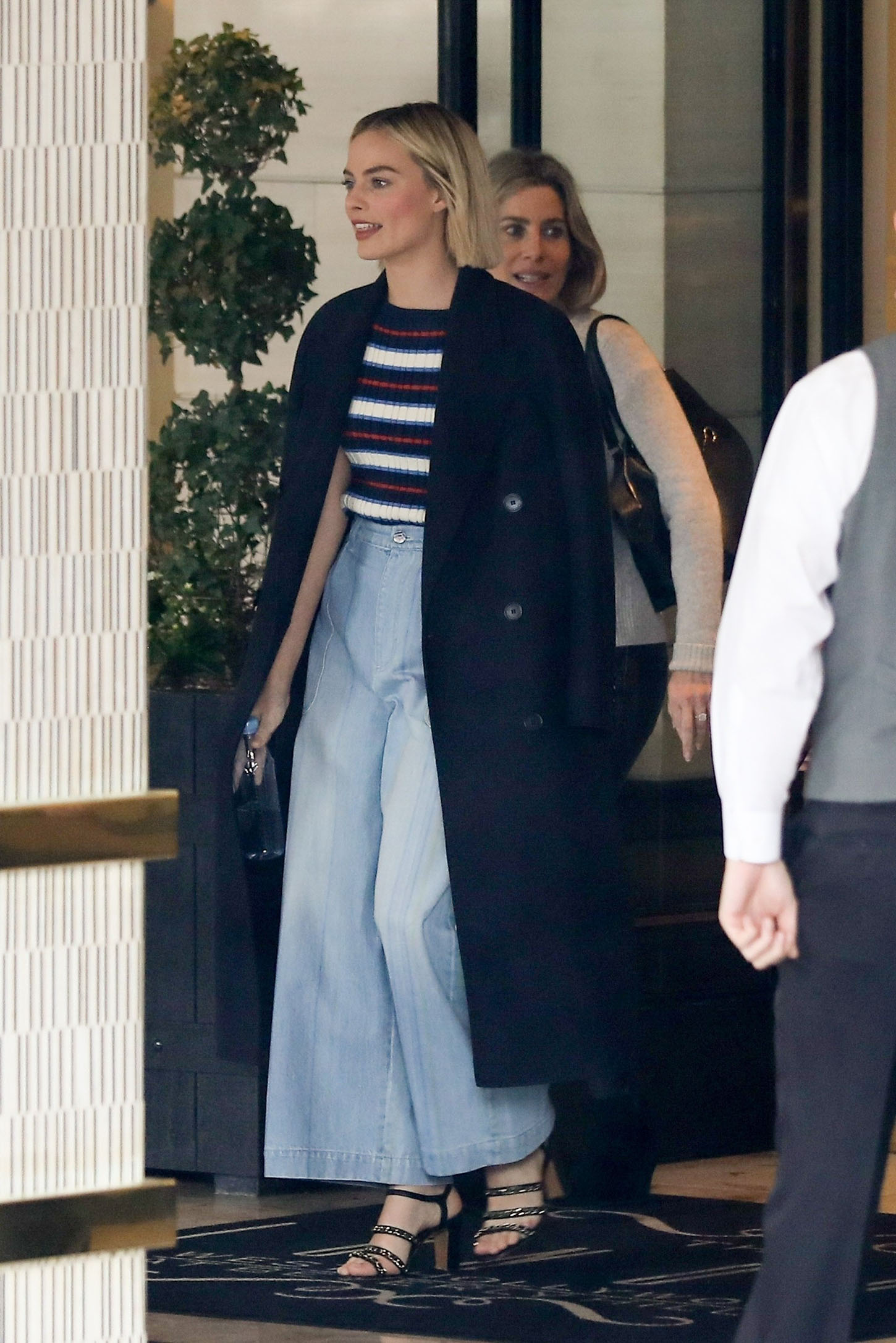 West Hollywood, CA  - *EXCLUSIVE* Margot Robbie goes to brunch with friends in West Hollywood. The Australian actress wears a long blue coat and baggy jeans with heels for the outing with friends.  Pictured: Margot Robbie  BACKGRID USA 13 MARCH 2018, Image: 365955517, License: Rights-managed, Restrictions: , Model Release: no, Credit line: Profimedia, AKM-GSI
