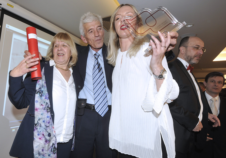 Na fotografiji: Ante Mrvica - nagrada za Komunikatora godine, s obitelji