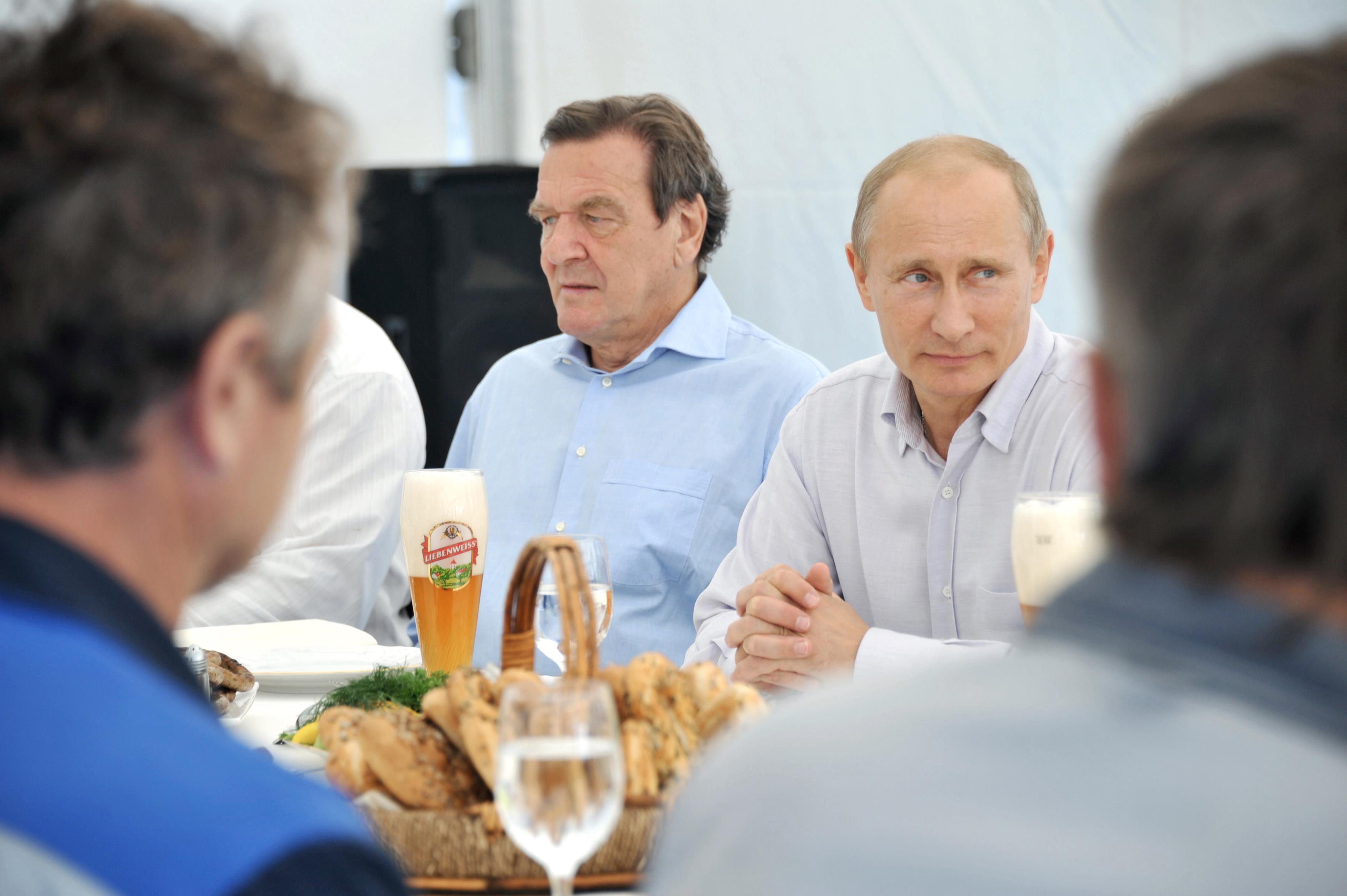 Vladimir Putin i Gerhard Schroeder 2011. godine na ručku s radnicima u Portovayu