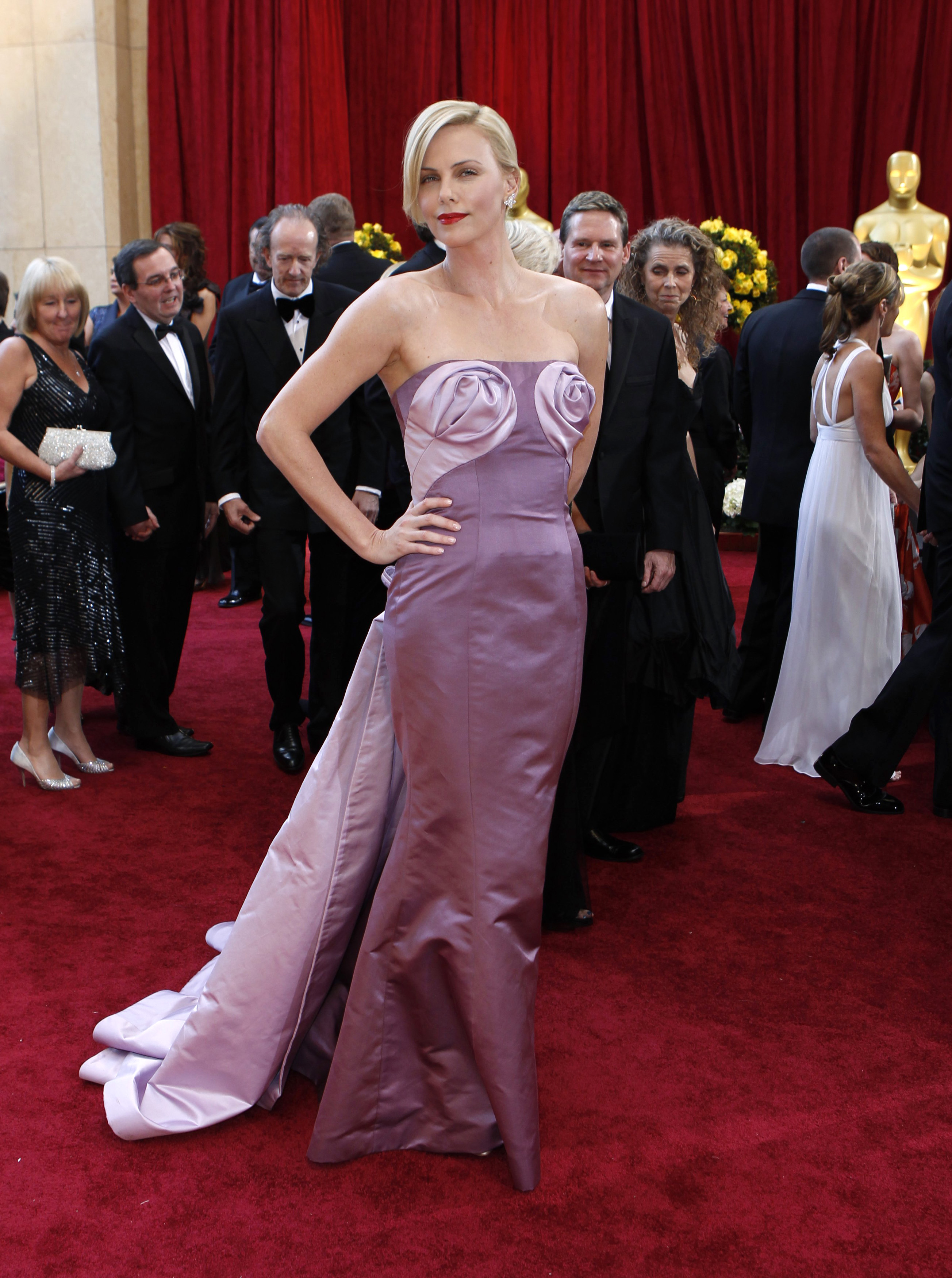 South African actress and Oscar presenter Charlize Theron arrives on the red carpet at the 82nd Academy Awards in Hollywood March 7, 2010. REUTERS/Lucas Jackson   (UNITED STATES)   (OSCARS-ARRIVALS - Tags: ENTERTAINMENT) - GM1E6380QE201