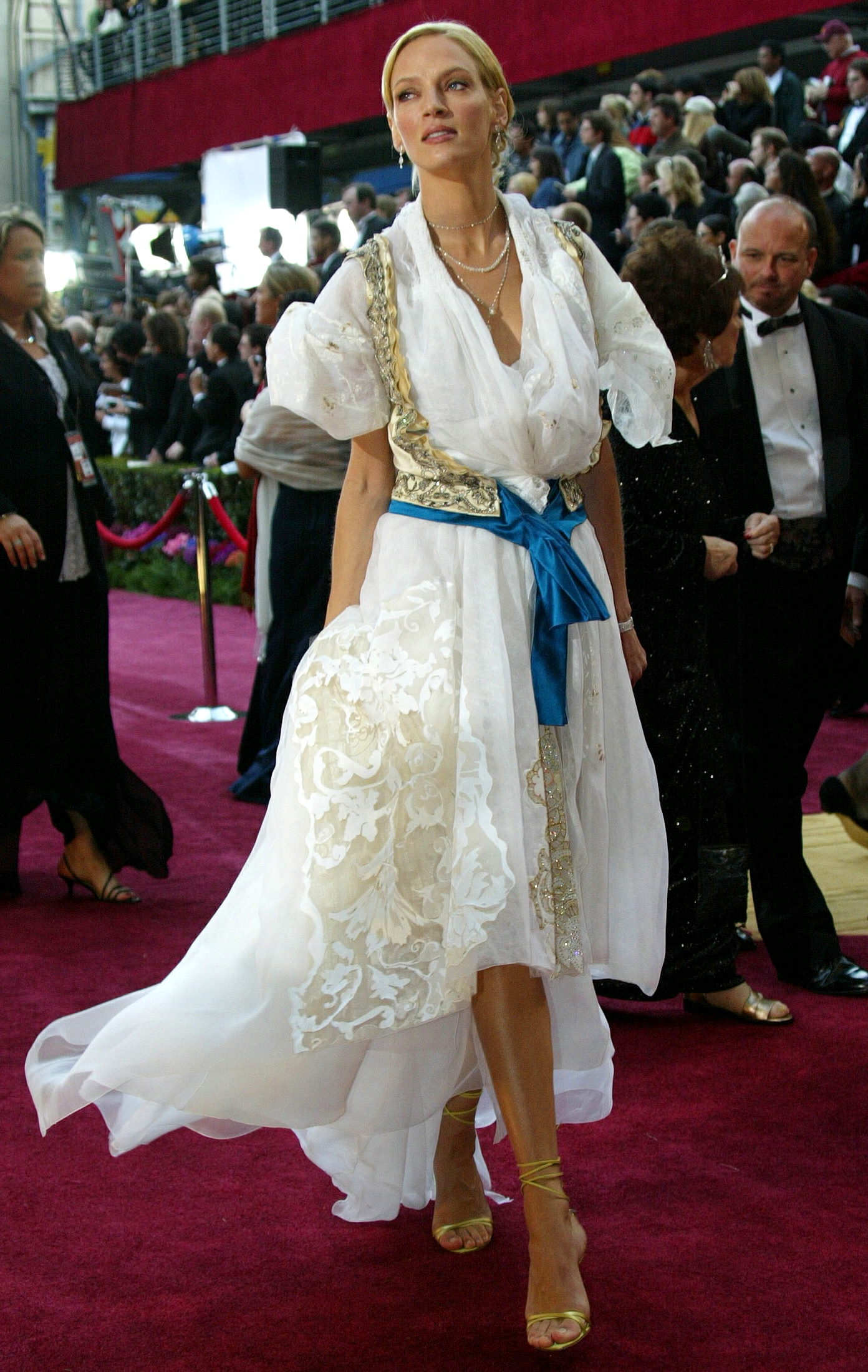 Actress Uma Thurman arrives for the 76th annual Academy Awards at the Kodak Theatre in Hollywood, California February 29, 2004. - PBEAHUOKKAL