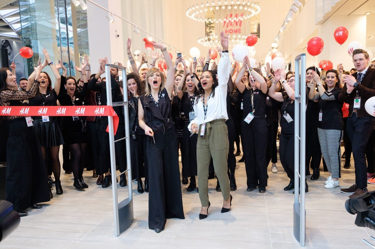 H&M store staff celebrate the store in new the Westfield London expansion Westfield London Expansion Opens, UK - 20 Mar 2018, Image: 366471292, License: Rights-managed, Restrictions: , Model Release: no, Credit line: Profimedia, TEMP Rex Features