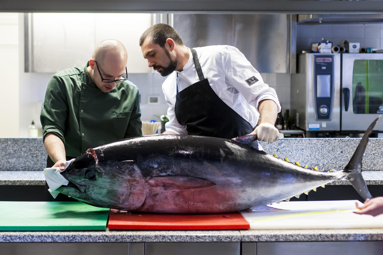 Pazin, 140318. Edukacijski gastronomski centar Istre. Transiranje tune i priprema jela. Na fotografiji: Dino i David s tunom.  Foto: Tomislav Kristo / CROPIX