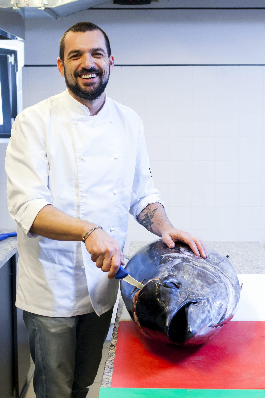 Pazin, 140318. Edukacijski gastronomski centar Istre. Transiranje tune i priprema jela. Na fotografiji: David Skoko. Foto: Tomislav Kristo / CROPIX