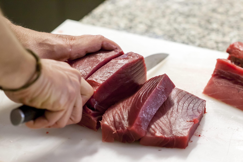 Pazin, 140318. Edukacijski gastronomski centar Istre. Transiranje tune i priprema jela. Na fotografiji: steakovi. Foto: Tomislav Kristo / CROPIX