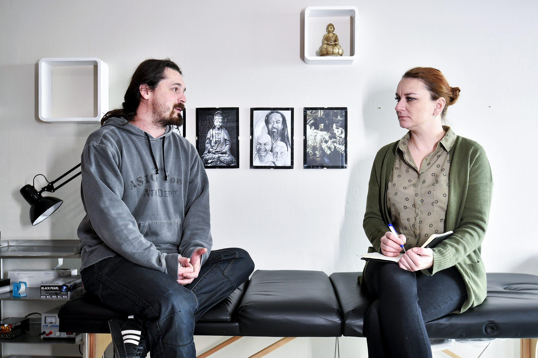 Zagreb, 280218. Lotus tattoo studio na Vrbiku. Na fotografiji: vlasnik Darko Pligl u drustvu novinarke Jasmine Trstenjak. Foto: Boris Kovacev / CROPIX