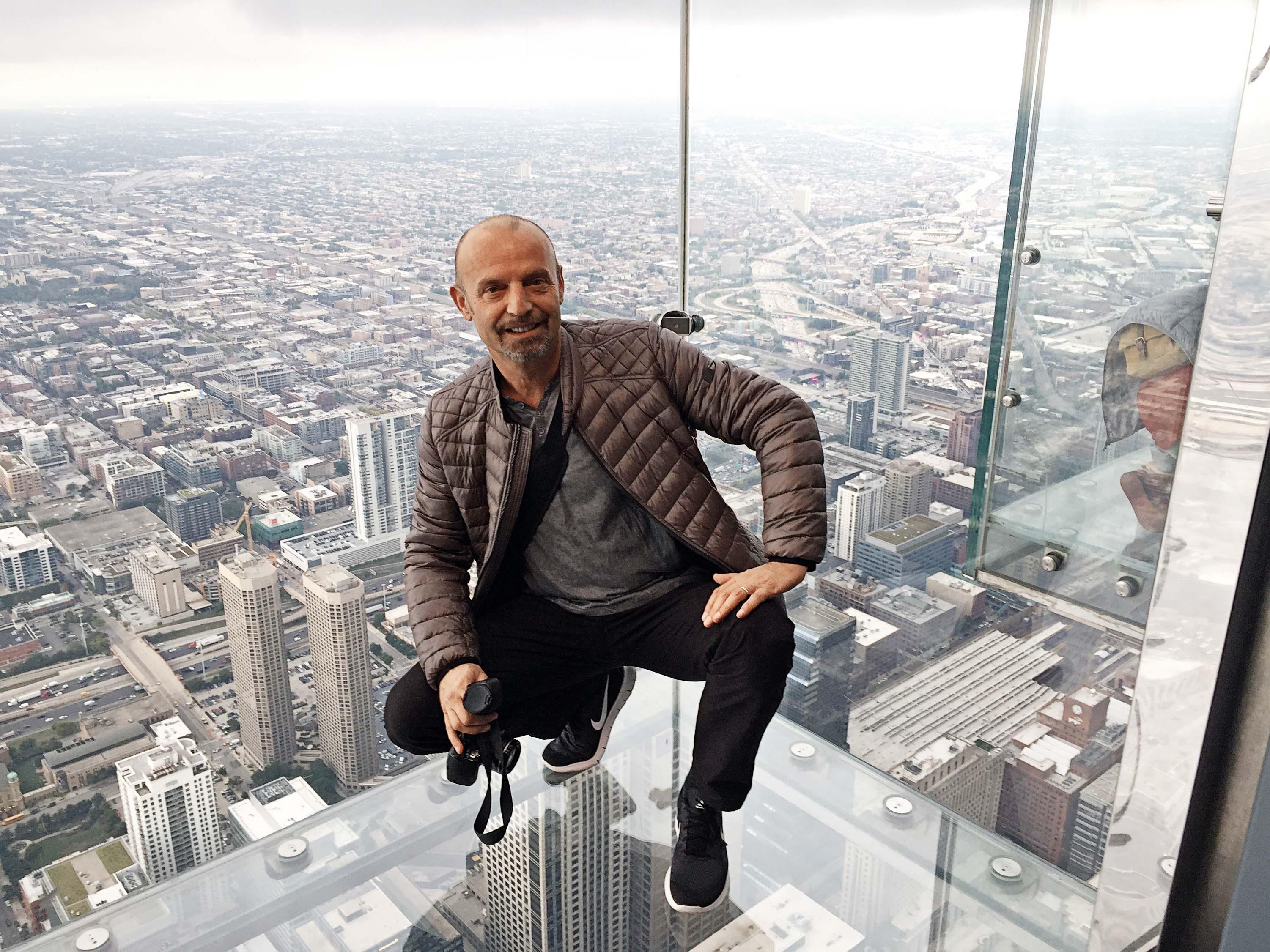 Glumac na vrhu Sears Towera, drugog najvišeg nebodera u SAD-u, s kojeg se pogled pruža na čak četiri savezne države
