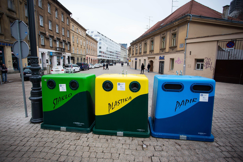 Zagreb, 280215.   U Staroj Vlaskoj postavljeni su kontejneri za odvojeni otpad. Kontejneri su za plastiku, papir i staklo.