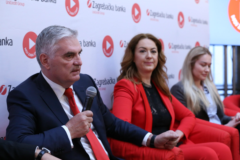 Predsjednik Uprave Zabe Miljenko Živaljić, prošlogodišnje dobitnice Kata Barišić i Marina Pavić