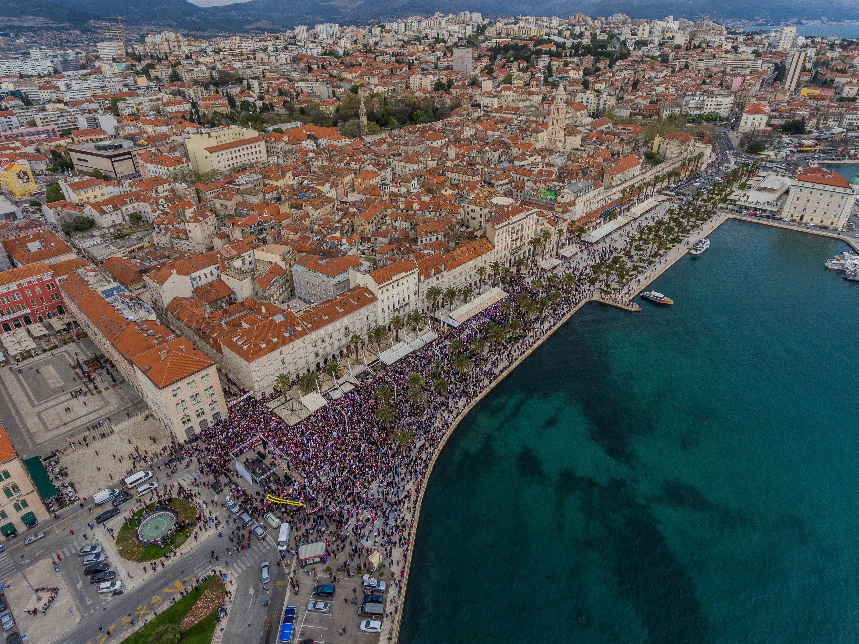 Split, 120418.  Prosvjed protiv ratifikacije Istanbulske konvencije u organiziaciji Gradjanske inicijative Hrvatska protiv Istanbulske konvencije odrzan na splitskoj Rivi.  Foto: Zvonimir Barisin / CROPIX