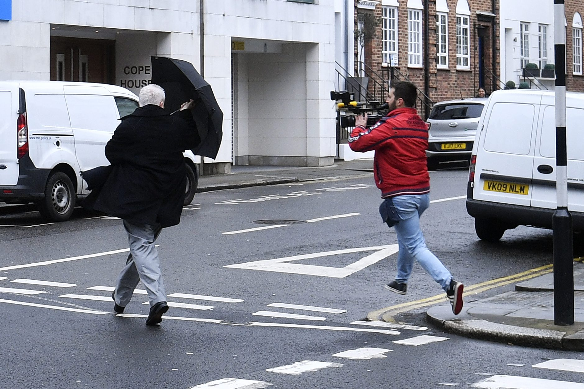 London (UK), 090418. Ivica Todoric bjezi od novinara nakon sto je izasao iz policijske stanice u cetvrti Kensington gdje se treba tri puta tjedno prijaviti. Foto: Boris Kovacev / CROPIX