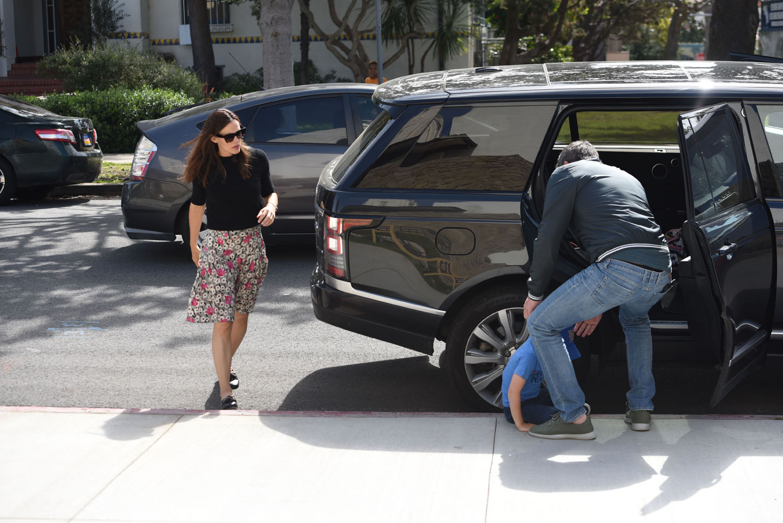 Ben Affleck and Jennifer Garner helping son Samuel after he fell from the car in Palisades april 15, 2018  Green/X17online.com