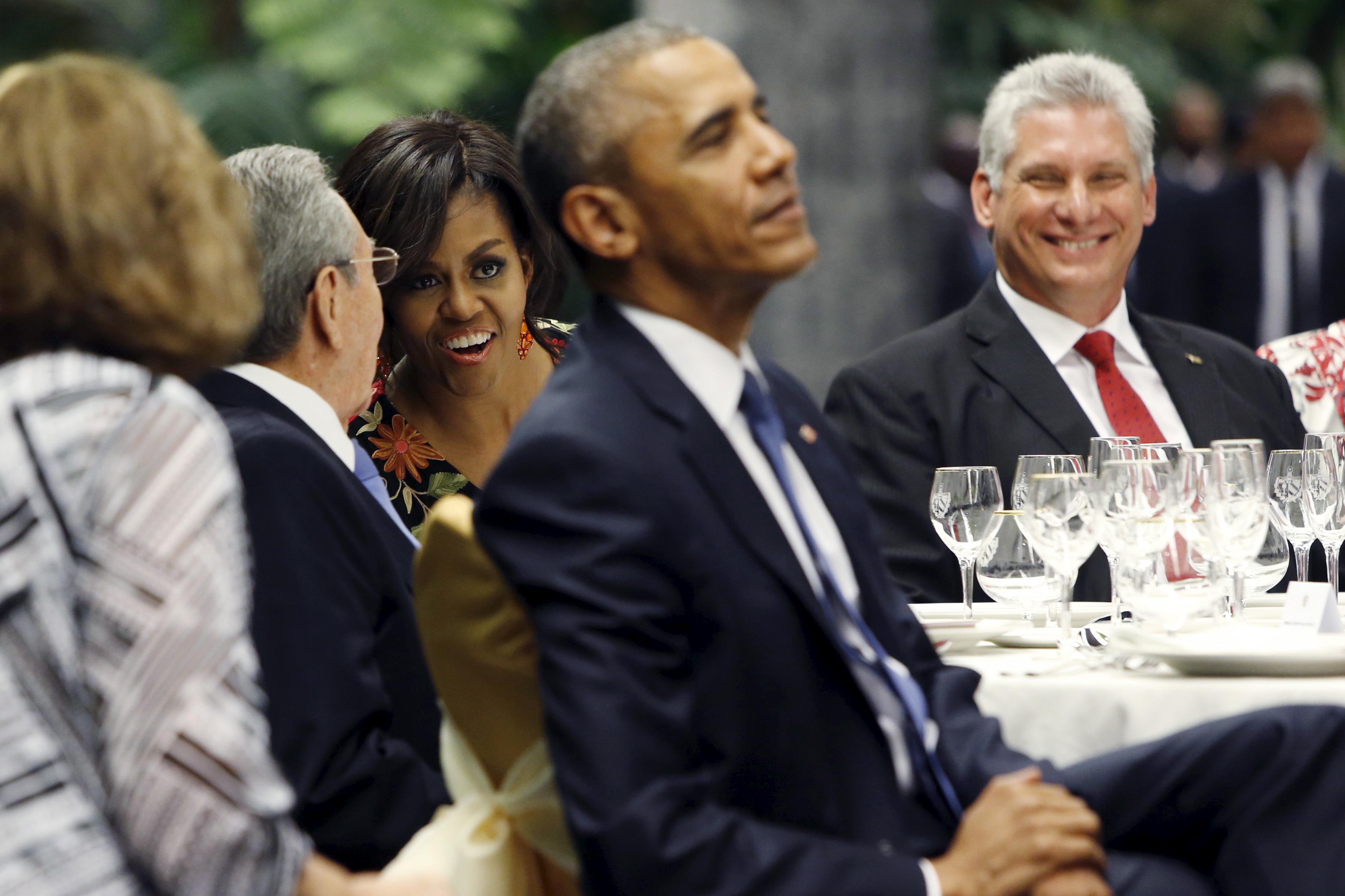 Miguel Diaz-Canel za stolom sa bivšom prvom damom Amerike Michelle Obama i bivšim američkim predsjednikom Barackom Obamom
