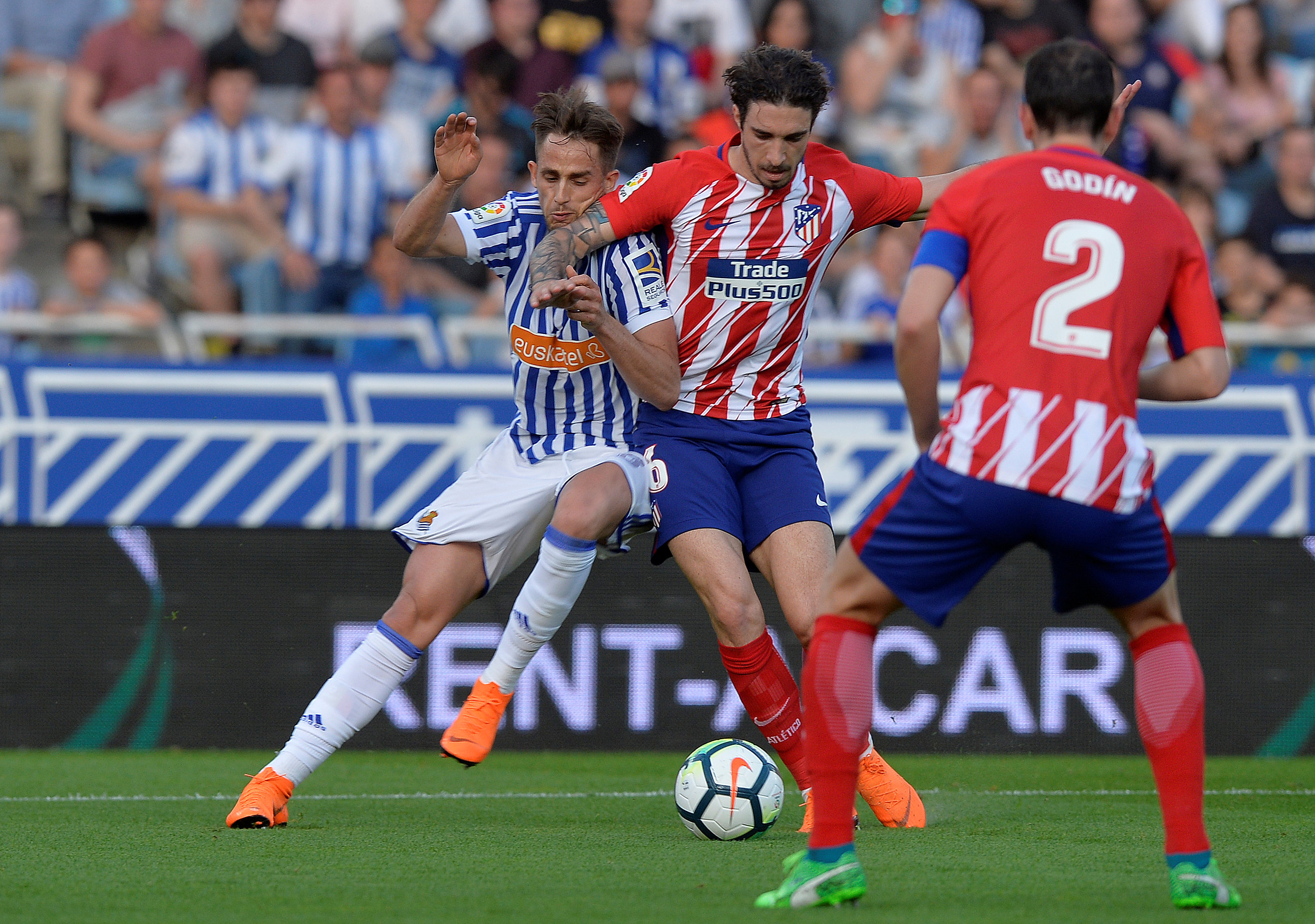 Soccer Football - La Liga Santander - Real Sociedad vs Atletico Madrid - Anoeta Stadium, San Sebastian, Spain - April 19, 2018   Real Sociedad's Adnan Januzaj in action with Atletico Madrid's Sime Vrsaljko     REUTERS/Vincent West