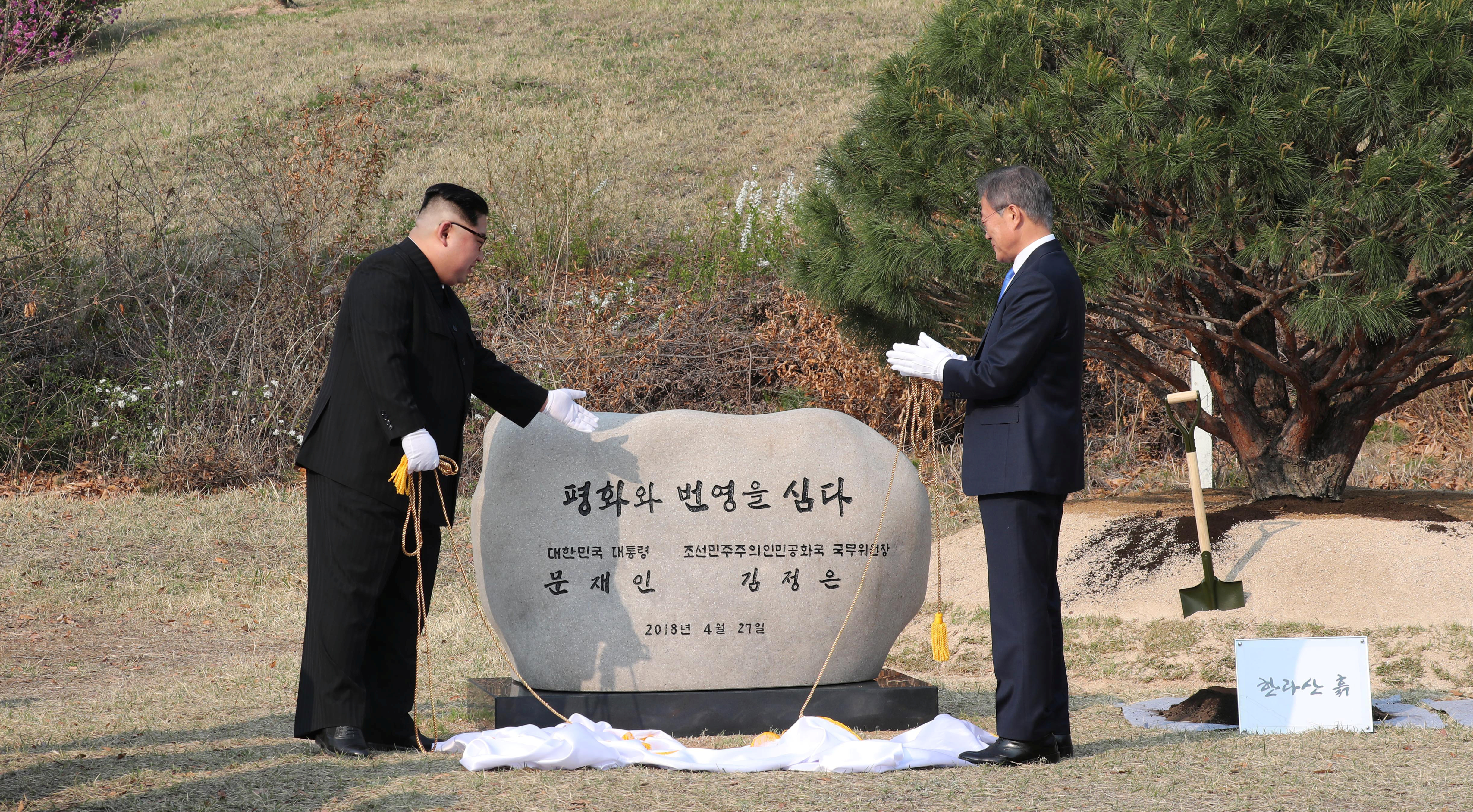South Korean President Moon Jae-in and North Korean leader Kim Jong Un unveil a plaque at the truce village of Panmunjom inside the demilitarized zone separating the two Koreas, South Korea, April 27, 2018.   Korea Summit Press Pool/Pool via Reuters - RC12CC5573D0