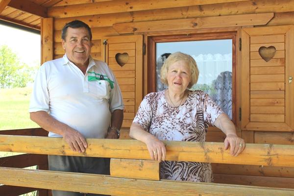 Tomo i Đurđa Sertić u drvenoj vikend kućici u Jagnjedovcu kod Koprivnice
