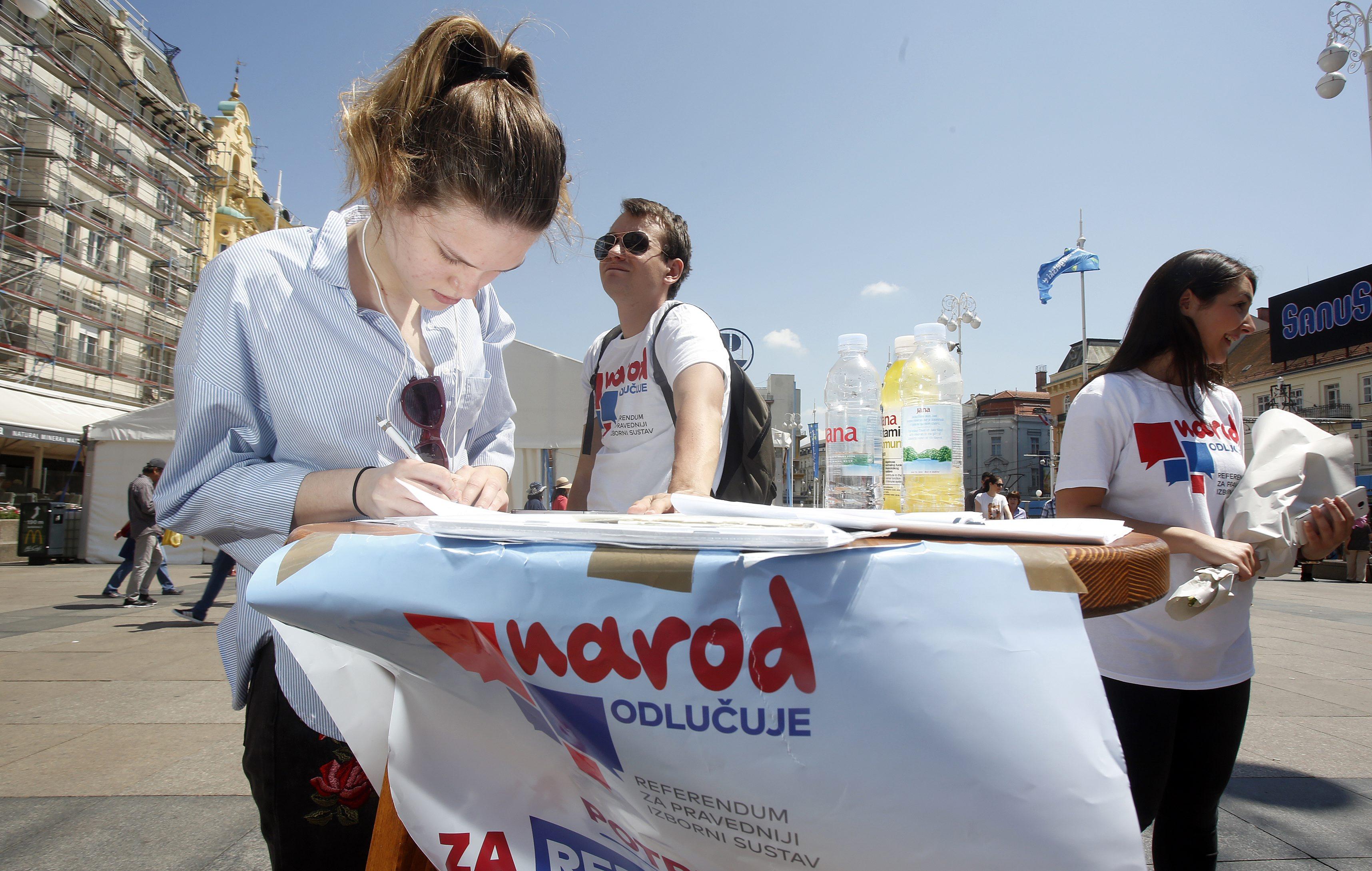 Prikupljanje potpisa na Trgu bana Josipa Jelačića u Zagrebu